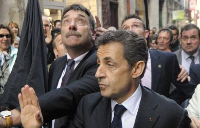 Nicolas Sarkozy, chahuté par des manifestants dans les rues de Bayonne, le 1er mars 2012.
