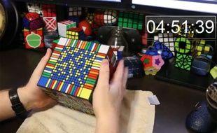 Il résout un Rubik's cube de 17x17x17 en 7h32
