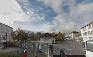 Le véhicule s'est arrêté à proximité de l'école Pierre-et-Marie-Curie de Besançon, où se trouvent deux bureaux de vote ce dimanche.