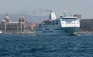 Un navire d'Algerie Ferries au départ de Marseille.