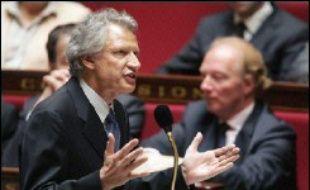 """Atteint par le scandale Clearstream, Dominique de Villepin a orchestré tout au long de la journée de mardi sa contre-offensive, notamment à l'Assemblée, se posant en victime d'une """"campagne de calomnies et de mensonges ignoble"""" et excluant catégoriquement de démissionner."""