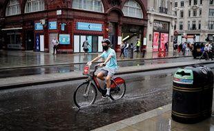 Une homme porte un masque dans les rues de Londres.
