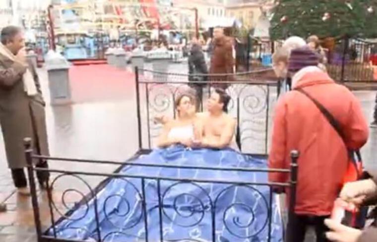 Capture d'écran d'une vidéo du comédien belge Michaël Dufour sur la Grand-place de Lille en décembre 2010.