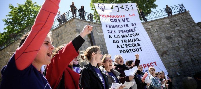 Les femmes manifestent contre les inégalités salariales, le 14 mai 2019 à Lausanne, en Suisse, un mois avant la grande manifestation.
