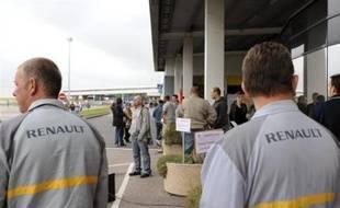 Des salariés de l'usine Renault de Sandouville, près du Havre, où 1.000 emplois doivent être supprimés ont à nouveau débrayé vendredi matin alors que les syndicats avaient recommandé la reprise du travail, a-t-on appris de source syndicale.