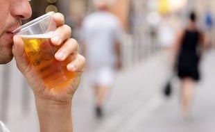 Consommation d'alcool sur la voie publique. Illustration.