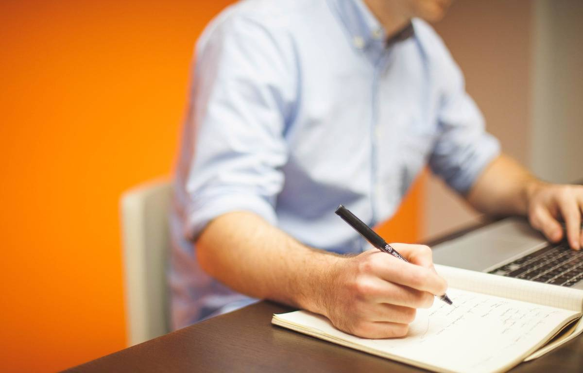 Illustration d'un homme travaillant à son ordinateur – StartUpStockPhotos/Pixabay