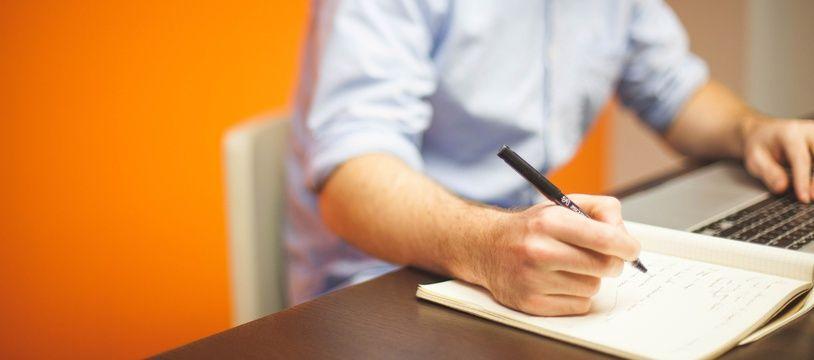 Illustration d'un homme travaillant à son ordinateur