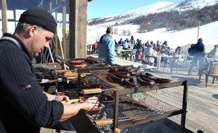 TO GO WITH AFP STORY BY PIERRE LANFRANCHI Un homme prépare un plat typique corse dans un restaurant de la station de sports d'hiver Val d'Ese en Corse du sud, le 12 février 2015