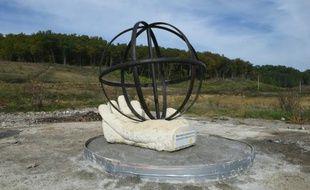 Une statue érigée en hommage à Rémi Fraisse, le 20 octobre 2015 à Lisle-sur-Tarn, au nord de Toulouse