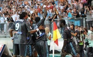 Les joueurs de Marseille fêtent le but de Mamadou Niang à Grenoble, le 8 août 2009