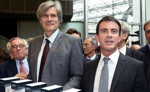 Manuel Valls (à droite), aux côtés de Stéphane Le Foll, ministre de l'Agriculture, en visite au Salon international de l'alimentation (Sial) de Villepinte, le 20 octobre 2014.   AFP PHOTO / BERTRAND GUAY