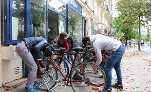 """A """"Cycles sport urbain"""", on prête les outils aux cyclistes pour les petites réparations. Une façon de limiter l'engorgement, car la boutique, nichée dans le 13e arrondissement, peine à faire face au surcroît d'activités post-confinement."""