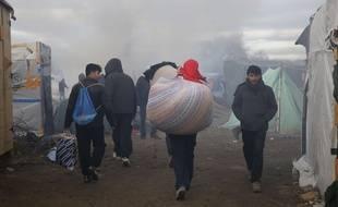 Les migrants déménagent du campement de Calais, le 29 fvrier 2016.
