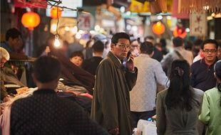 Jung-Min Hwang (au centre, au téléphone) incarne un espion dans «The Spy Gone North».