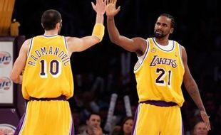 Le Français Ronny Turiaf (à droite), lors de la victoire des Lakers face aux Golden State Warriors.