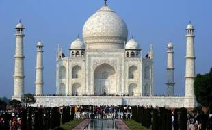 Des touristes visitent le Taj Mahal, à Agra, en Inde, le 4 décembre 2010