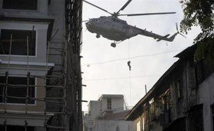 Les forces spéciales indiennes continuaient vendredi à traquer les islamistes armés retranchés à Bombay, deux jours après les spectaculaires attaques, accompagnées de prises d'otages, qui ont fait 130 morts et plongé dans le chaos la capitale économique de l'Inde