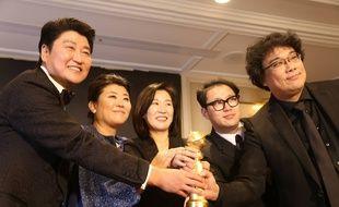 L'équipe de « Parasite » avec le Golden Globe du meilleur film étranger, le 6 janvier 2020.