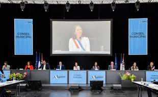 Johanna Rolland, entourée de ses nouveaux adjoints, lors du conseil municipal d'installation, vendredi 3 juillet 2020.