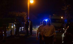 Moernach, le 2 septembre 2014. Des gendarmes sortent de la maison où une petite fille de onze a été tuée à l'arme blanche.