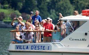 Un bateau de touristes prend des photos de la maison de George Clooney à Laglio, en Italie, le 10 août 2009.