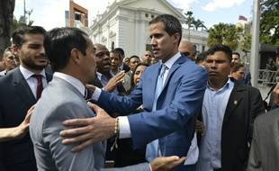 L'ambassadeur français Romain Nadal (à gauche) et le chef de l'opposition vénézuélienne Juan Guaido (à droite), le 5 janvier 2020 à Caracas.