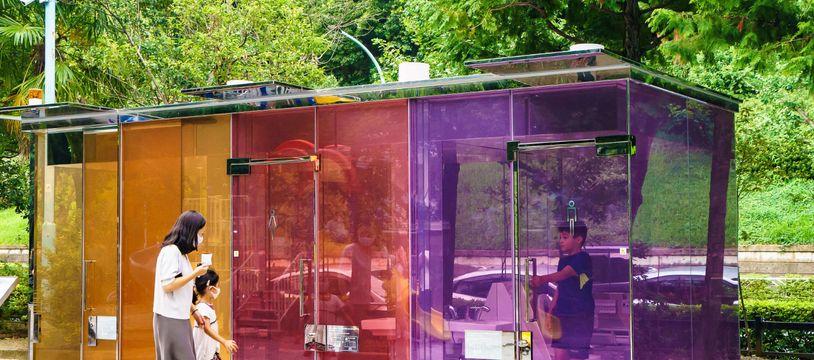Les toilettes transparentes installées dans un parc du quartier Shibuya, à Tokyo (Japon).