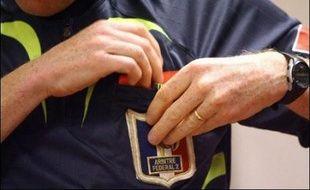 """La Fédération française de football (FFF) a lancé mercredi une campagne pour la protection physique de l'arbitre, avec affiches, spots télé et images choc comparables à celles de la prévention routière, sous le slogan """"La frappe, c'est dans le ballon""""."""