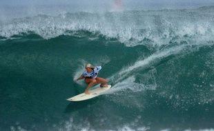 Berthany Hamilton est une surfeuse américaine qui continue à pratiquer malgré la perte de son bras gauche, après une attaque de requins.