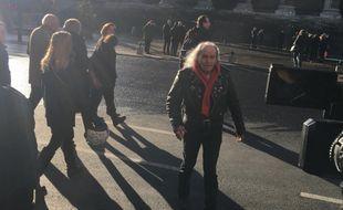 Le prêtre catholique et rockeur Guy Gilbert à l'hommage national rendu à Johnny Hallyday