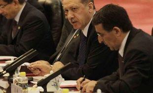 """Les tirs provenant de Syrie sur un camp de réfugiés syriens situé en Turquie constituent une """"claire violation"""" de la frontière entre les deux pays, a déclaré mardi le Premier ministre turc Recep Tayyip Erdogan depuis la Chine où il se trouve en visite."""