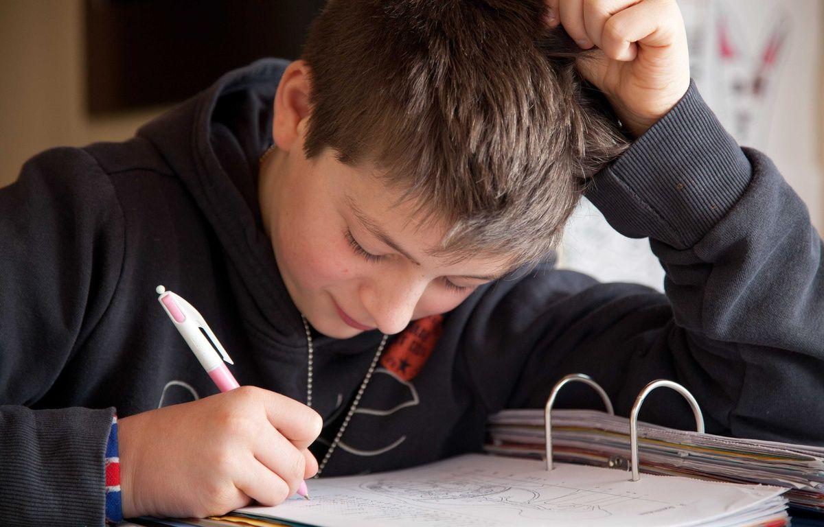 Un adolescent faisant ses devoirs à la maison. –  CLOSON DENIS/ISOPIX/SIPA