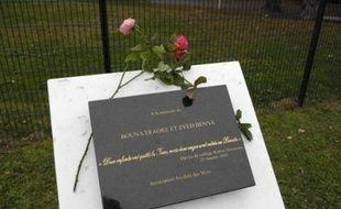 Deux cents personnes se sont rassemblées lundi à Clichy-sous-Bois (Seine-Saint-Denis) en hommage à Zyed Benna et Bouna Traoré, morts il y a trois ans jour pour jour dans un transformateur électrique, a constaté une journaliste de l'AFP.