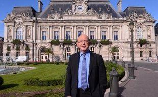 Jean Germain, alors maire PS de Tours, le 18 octobre 2013 devant l'hôtel de ville