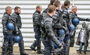 Des gendarmes français évacuent des migrants qui vivaient dans un camp près du Tunnel sous la Manche à Calais, le 2 juin 2015