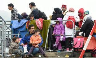 Des migrants et réfugiés attendent à la frontière entre l'Autriche et l'Allemagne, le 28 octobre 2015 près de Simbach am Inn, dans le sud-est de l'Allemagne