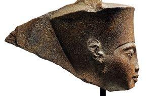 Le portrait sculpté du pharaon Toutankhamon a été mis aux enchères jeudi à Londres