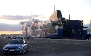 """Le ferry Norman Atlantic, dont l'incendie a fait au moins 13 morts et un nombre indéterminé de """"disparus"""", est amarré le 2 janvier 2015 dans le port de Brindisi, dans le sud de l'Italie"""