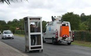 Benedetto Bufalino, artiste lyonnais, s'est amusé à transformer une cabine téléphonique pour la faire rouler et offrir ainsi une nouvelle vision du téléphone mobile.