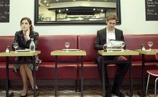 Célibataires assis dans un café.