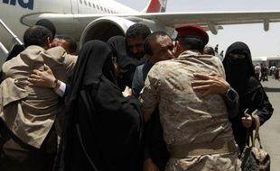 Des Yéménites sont accueillis par leurs familles le 20 mai 2015 à l'aéroport de Sanaa, après avoir participé à la coalition arabe conduite par l'Arabie saoudite