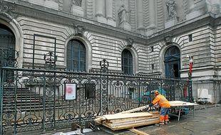 Les premières installations visent à sécuriser l'important chantier.