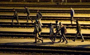 Des migrants sur les rails le 28 juillet 2015 à Calais-Frethun