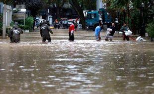 La police aide le 17 avril 2016 les habitants de Santiago, capitale du Chili frappée par de fortes pluies ayant entraîné la crue de la rivière Mapocho
