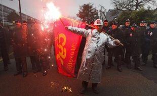 Rassemblement des salariés de Good Year devant les bureaux de Dunlop et Good Year contre la fermeture du site d'Amiens, à Rueil-Malmaison le 12 février 2013.