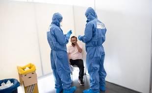 L'ARS procède à un test PCR sur un travailleur saisonnier à Châteaurenard.