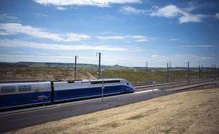 """La SNCF va proposer à partir de l'année prochaine un tarif de billet unique et bon marché sur un TGV low cost, à moins de 25 euros, en contrepartie toutefois de """"conditions de voyage moins agréables"""", affirme la radio RTL lundi."""