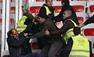 Les supporters stéphanois ont dû être évacués avant le coup d'envoi, le 24 novembre 2013 à Nice.