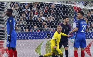 Les Bleus sonnés après ce coup-franc victorieux de Forsberg, le 11 novembre 2015 au Stade de France;